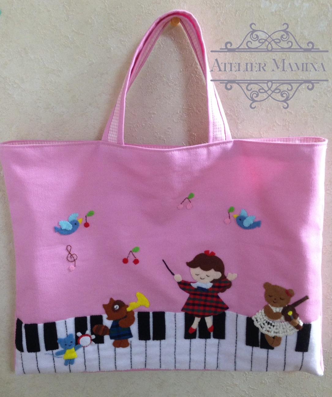 かわいいピンクの音楽バッグ:鍵盤の上のコンサート